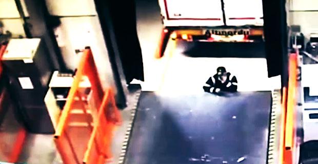 Cofająca do rampy załadunkowej naczepa miażdży pracownika